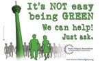 """Cartaz de uma organização ecologista com o desenho de pessoas andando e com o dizer: """"Não é fácil ser verde [ambientalista]. Nós podemos ajudar. Pergunte como"""".  Palavras-chave: torre, desenho, gente, sociedade, meio ambiente."""