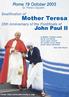 Foto do encontro de Madre Teresa e do Papa João Paulo II, em 2003. O pontífice aparece em pé, com uma capa vermelha, enquanto que a religiosa segura sua mão, ela em sua vestimenta azul. Veem-se também outras informações alusivas ao evento.  Palavras-chave: religião, papa, caridade, celebridade, catolicismo.