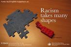 """Grupo de peças de um quebra-cabeças azul, ao lado de uma peça vermelha em formato de mão. Lê-se também a frase: """"O racismo assume várias formas"""". Palavras-chave: cartaz, 21 de março, Dia Internacional pela Erradicação da Discriminação Racial, ONU, preconceito"""