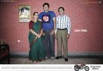 Propaganda indiana de uma moto, utilizando slogan que apela ao conceito de autonomia em relação à família. Palavras-chave: Imperativo. Genitivo. Família. Mamãe. Veículo. Transporte.